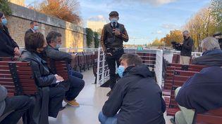 L'écrivain Sylvain Tesson, le 12 novembre, sur un bateau sur la Seine. (RAFAEL ASENCIO/FRANCEINFO CULTURE)