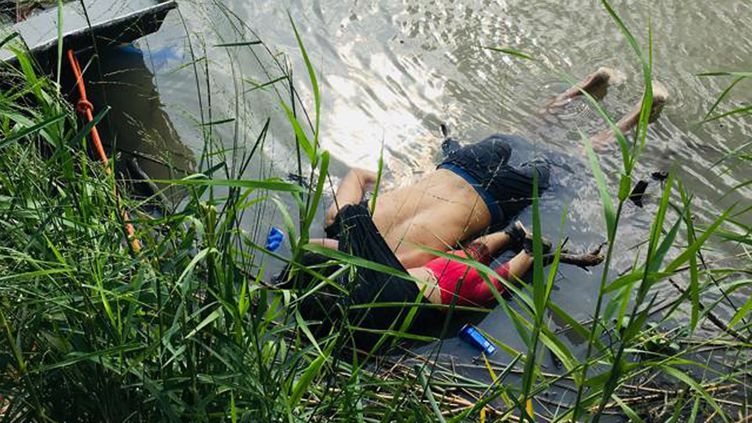 Les corps du Salvadorien Oscar Martinez et de sa fille, noyés en tentant de traverser le Rio Bravo, au Mexique, le 24 juin 2019. (AFP)