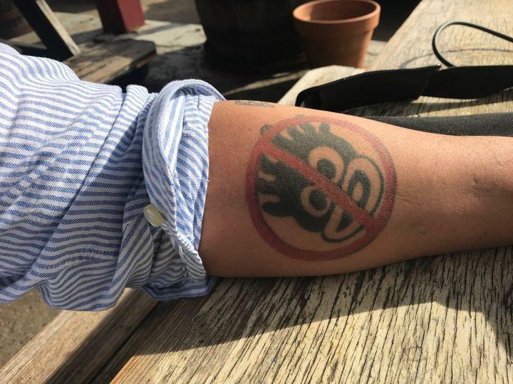 Tatouage dénonçant les blackface sur l'avant bras gauche de Julian Maxwell Hayter, historien, enseignant à l'université de Richmond en Virginie (GRÉGORY PHILIPPS / RADIO FRANCE)