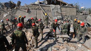 Lesdébris d'un bâtiment résidentiel détruit par les bombardements, à Gandja, en Azerbaïdjan, le 17 octobre 2020. (MIKHAIL VOSKRESENSKIY / SPUTNIK / AFP)