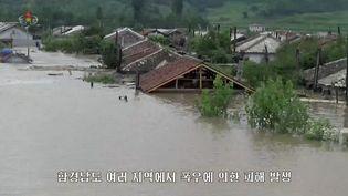 Des habitations englouties par une inondation dans la province du Hamgyong-du-Sud, en Corée du Nord, sur une image diffusée par la télévision d'Etat et datée du 5 août 2021. (EYEPRESS NEWS / AFP)
