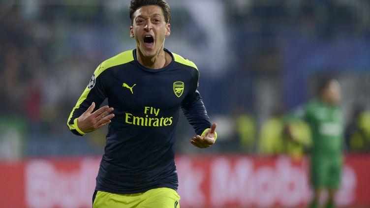Le milieu de terrain d'Arsenal, Mesut Özil (NIKOLAY DOYCHINOV / AFP)