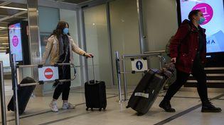 Des passagers en provenance de Milan arrivent à Nantes (Loire-Atlantique), jeudi 26 février 2020. (ESTELLE RUIZ / NURPHOTO / AFP)