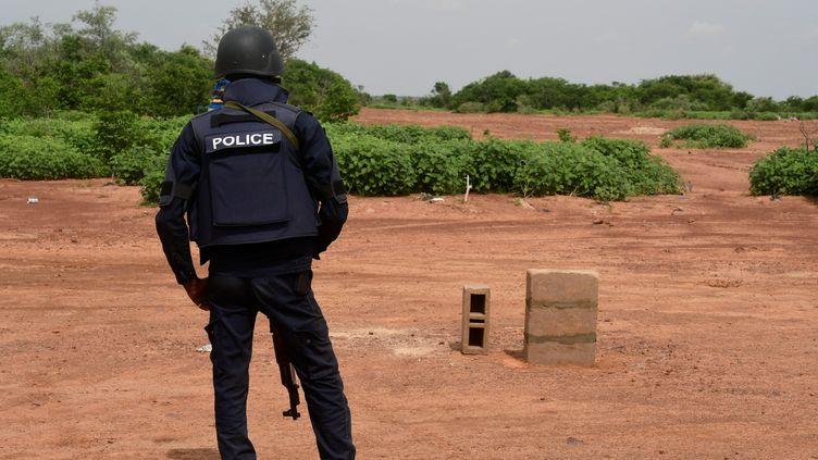 Un policier nigérien monte la garde dans la réserve de Kouré, le 21 août 2020. (BOUREIMA HAMA / AFP)