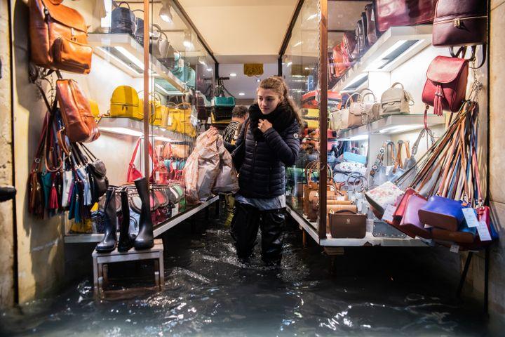Un magasininondé à Venise (Italie), le 29 octobre 2018. (GIACOMO COSUA / NURPHOTO / AFP)