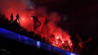 """Les supporters du Paris Saint-Germain réunis au Parc des Princes pour regarder la finale sur grand écran.Autour du stade, les forces de l'ordre ont dû disperser """"une centaine de personnes regroupées porte de Saint Cloud"""", a annoncé la Préfecture de police sur Twitter. (ALAIN JOCARD / AFP)"""