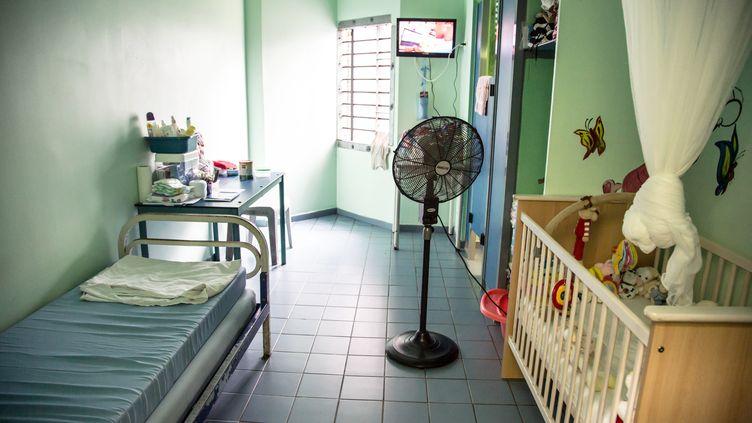 Une cellule mère-enfant de la prison de Remire-Montjoly, en Guyane, en février 2013. (JODY AMIET / AFP)