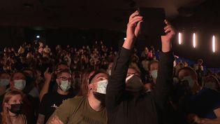 Alexandre Klein prend un selfie avec le public à l'issue de son 203ème visionnage de Kaamelott. (FRANCEINFO)