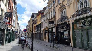 La rue Esquermoise, à Lille, l'une des principales artères commerçantes où les magasins sont fermés pendant la période de confinement liée à l'épidémie de coronavirus. (STÉPHANE BARBEREAU / RADIOFRANCE)