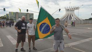 Des sympathisants du nouveau président brésilien Jaïr Bolsonaro venus assister à son investiture qui a lieu le 1er janvier 2019. (GILLES GALLINARO / DPA)