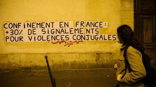 Des militantes du collectif Collages Féminicides dénoncent l'augmentation des violences faites aux femmes pendant le confinement, le 11 mai 2020 à Paris. (MARIE MAGNIN / HANS LUCAS / AFP)