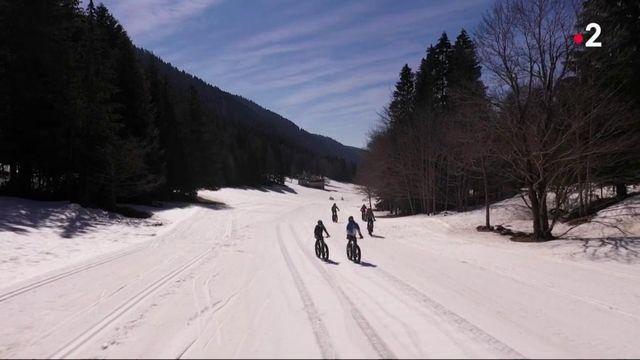 Massif du Vercors : les vacanciers tentent le VTT sur neige