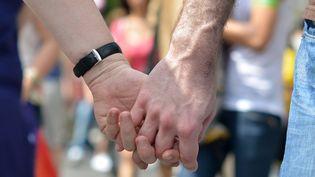 Deux hommes se tiennent la main, le 31 juin 2012. (©CHRISTOPHE BERTOLIN / MAXPPP)
