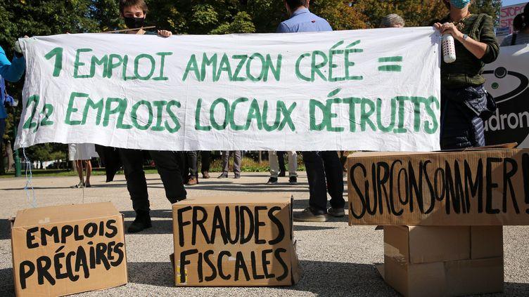 Lors d'une manifestation de divers collectifs contre l'implantation d'entrpots Amazon en Alsace, à Colmar le 30 septembre. (VANESSA MEYER / MAXPPP)