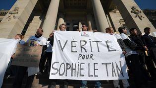 Des proches de Sophie Le Tan manifestaientle 5 octobre 2018 devant le tribunal de Strasbourg. (FREDERICK FLORIN / AFP)