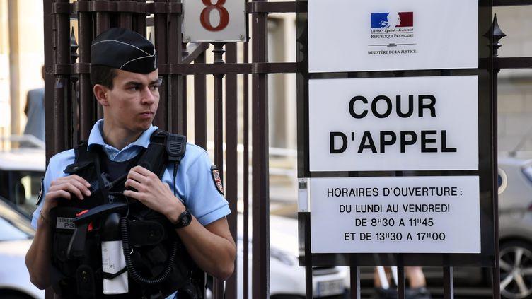 Un gendarme monte la garde devant l'entrée de la cour d'appel de Dijon (Côte-d'Or), le 16 juin 2017. (MAXPPP)