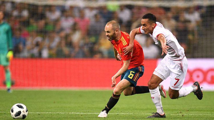 Andres Iniesta aux prises avec le Tunisiens Khaoui (NINA ZOTINA / SPUTNIK)
