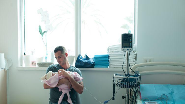 Un père et son bébé nouveau-né dans un maternité d'une clinique de Nice (Alpes-Maritimes), le 25 avril 2014. (ALBANE NOOR / BSIP / AFP)