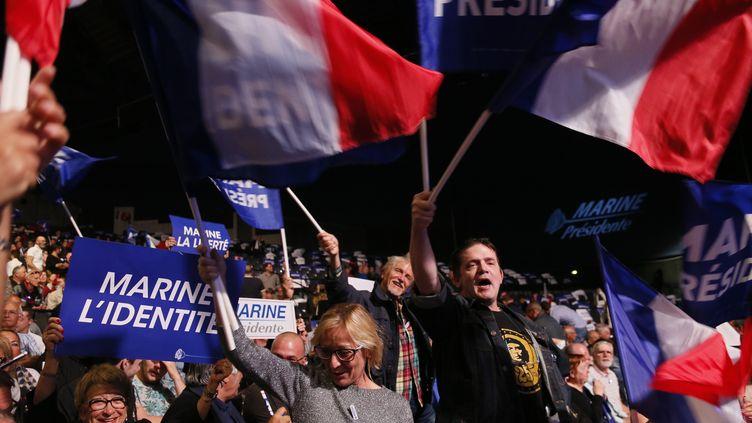 """A Marseille (Bouches-du-Rhône), le 19 avril 2017, une foule de supporters se pressent au meeting de Marine Le Pen. Une partie des produits dérivés qu'ils tiennent a été fabriquée à l'étranger, malgré l'engagement de la candidate pour le """"made in France"""". (ROBERT PRATTA / REUTERS)"""