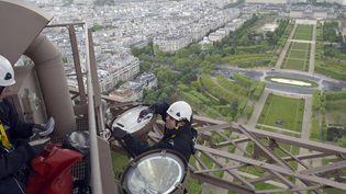 Des techniciens changent les 336 ampoule de la Tour Eiffel  (Lionel Bonaventure / AFP )