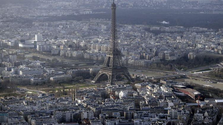 Vue aérienne de Paris et la tour Eiffel,le 11 janvier 2015. (KENZO TRIBOUILLARD / AFP)