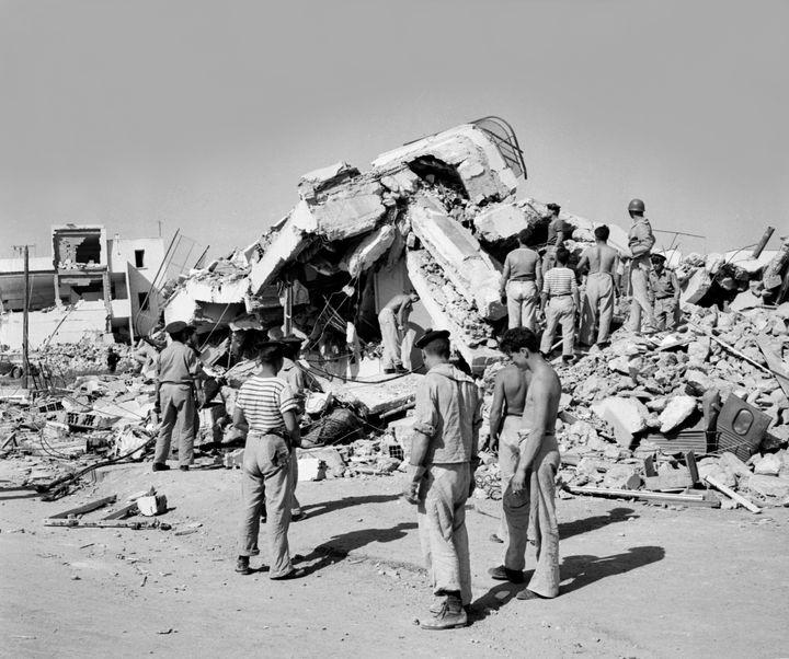 Des sauveteurs tentent de retrouver des victimes dans les ruines d'Agadir, le 2 mars 1960, à la suite du séisme qui a ravagé la ville deux jours auparavant. (AFP)