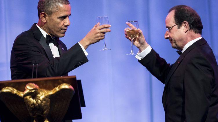 Les présidents Barack Obama et François Hollande trinquent lors d'un dîner d'Etat organisé à la Maison Blanche, à Washington (Etats-Unis), le 11 février 2014. (BRENDAN SMIALOWSKI / AFP)
