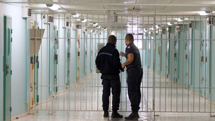 Deuxsurveillants pénitentiaires dans un couloir de la prison de Fleury-Mérogis (Essonne), le 27 octobre 2011. (THOMAS SAMSON / AFP)