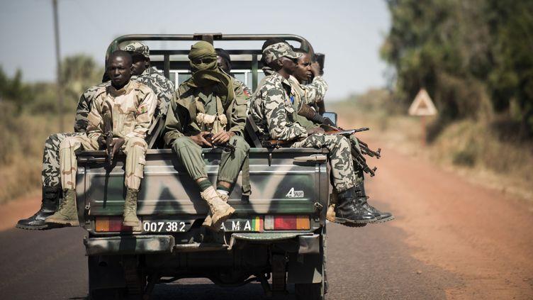 Des soldats maliens près de Niono (Mali), le 18 janvier 2013. (FRED DUFOUR / AFP)