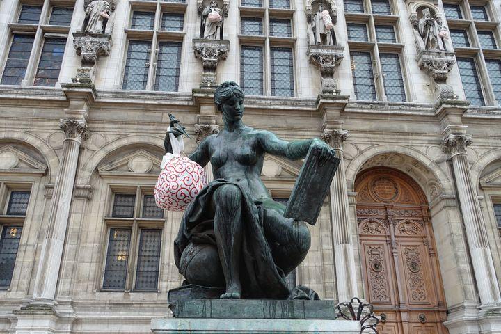 """Statue """"La science"""" devant l'Hôtel de Ville de Paris parée d'un Furoshiki  (Corinne Jeammet)"""