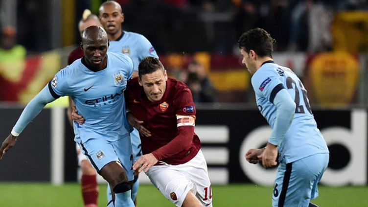 Totti (AS Roma) stoppé par Mangala (Manchester City) (GABRIEL BOUYS / AFP)