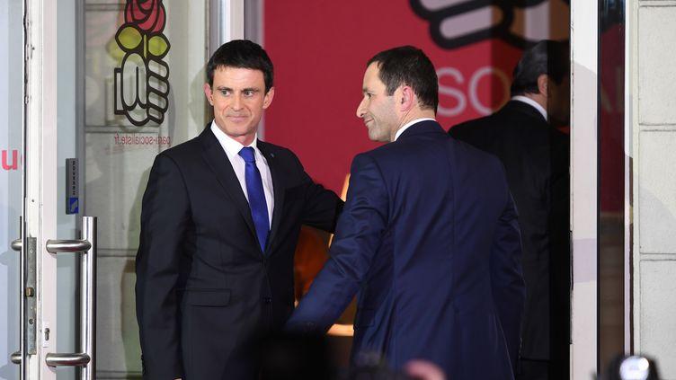 Manuel Valls et Benoît Hamon au siège du Parti socialiste, le 29 janvier 2017, à Paris. (ERIC FEFERBERG / AFP)