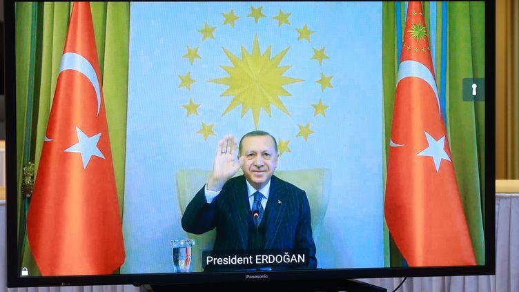 """Le président turc Recep Tayyip Erdogan a affronté verbalement le président français Emmanuel Macron, en septembre 2020, allant jusqu'à s'interroger sur la """"santé mentale"""" de son homologue. Ils se sont reparlés pour la première fois au début du mois de mars 2021.  (STEPHANIE LECOCQ / POOL / EPA POOL)"""