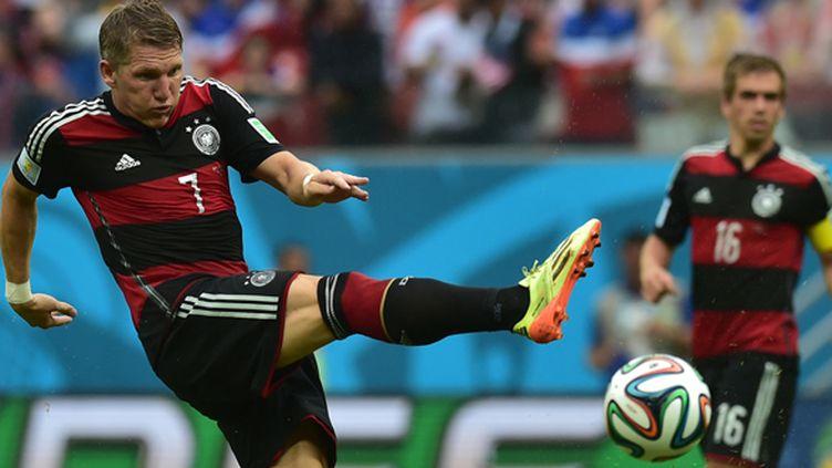 Le tir de l'Allemand Bastian Schweinsteiger (NELSON ALMEIDA / AFP)