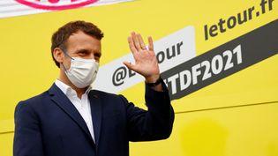 Le président de la République Emmanuel Macron à l'arrivée de la 18e étape du Tour de France 2021, jeudi 15 juillet. (THOMAS SAMSON / AFP)