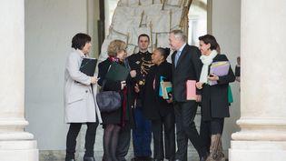 Les ministresMarie-Arlette Carlotti, Geneviève Fioraso, Christiane Taubira, et Najat Vallaud-Belkacem entourent le Premier ministre, Jean-Marc Ayrault, à l'Elysée, le 5 février 2014. (LCHAM / SIPA)