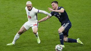 Le milieu de terrain anglais Phil Foden face au défenseur écossais Andrew Robertson, à l'Euro le 18 juin 2021. (MATT DUNHAM / POOL / AFP)