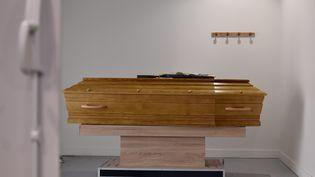 Le cercueil d'un patient décédé du Covid dans l'attente de sa crémation (illustration). (R?MY PERRIN / MAXPPP)