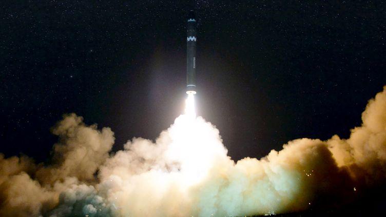 Une photo du lancement d'un missile le 29 novembre 2017, fournie par le gouvernement nord-coréen. (KCNA VIA KNS / AFP)