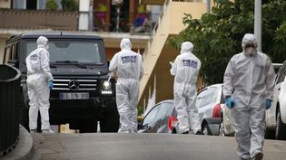 Des agents de la police technique et scientifique (PTS), le 13 septembre 2018 à Ajaccio (Corse-du-Sud).  (PASCAL POCHARD-CASABIANCA / AFP)