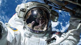 L'astronaute américainBarry Wilmore se prend en photo lors d'une sortie dans l'espace depuis la station spatiale internationale, le 21 février 2015. (NASA / SIPA)