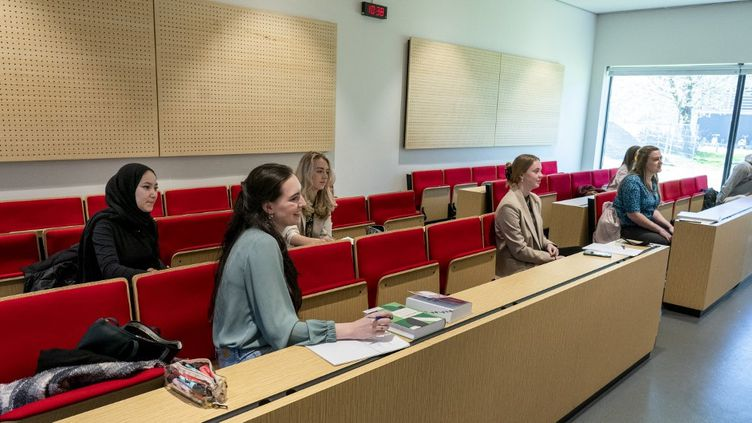 Des étudiantes dans une universitéde Rotterdam, aux Pays-Bas, le 26 avril 2021. (photo d'illustration) (JERRY LAMPEN / ANP MAG / AFP)