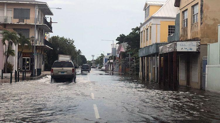 Les rues inondées de Nassau, la capitale des Bahamas, le 3 septembre 2019. (LUCY WORBOYS / AFP)