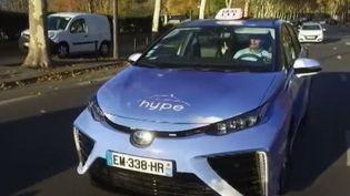 Les voitures à hydrogène, gaz non polluant, arrivent peu à peu sur les routes françaises. Mais cette énergie pleine d'avenir peine encore à trouver ses marques. (FRANCE 2)