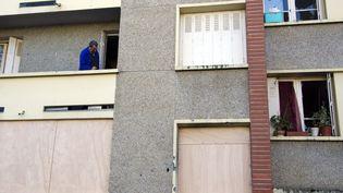 Devant l'immeuble où vivait Mohamed Merah, le 23 mars 2012. (PASCAL PAVANI / AFP)