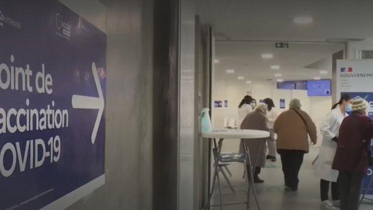 Dans lecentre de vaccination de La Courneuve (Seine-Saint-Denis). (FRANCE 2)