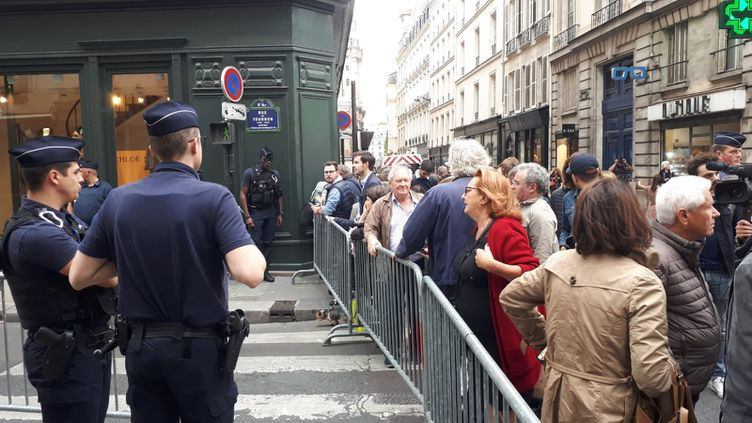 Des dizaines de personnes rassemblées dans la rue de Tournon, à Paris, où habitait Jacques Chirac. (RADIO FRANCE/SANDRINE ETOA ANDEGUE)