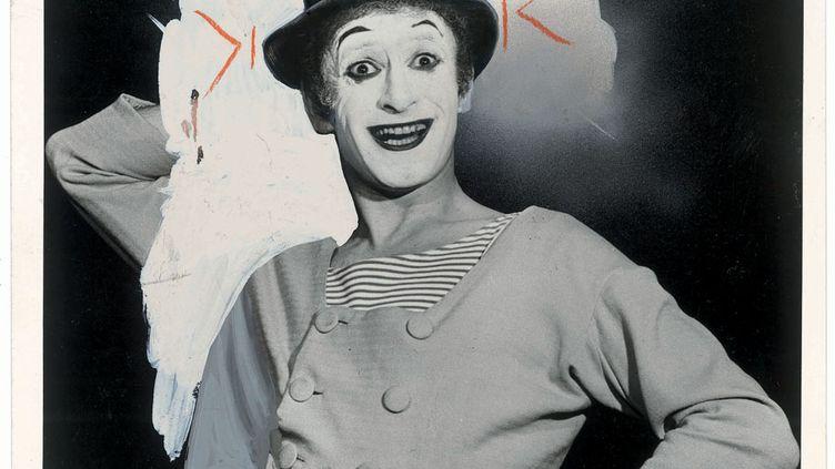 Le mime Marcel Marceau, grimé en Bip en1972. La photo porte les marques de recadrage au crayon orange. Le fond est éclairci, recouvert de gouache blanche. Le bras droit est en partie effacé et la fleur, piquée au-dessus du haut-de-forme, a complètement disparu. (DR)