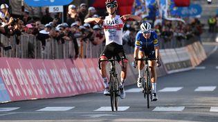 LeSlovène Tadej Pogacar s'impose devant Fausto Masnada sur le Tour de Lombardie, samedi 9 octobre à Bergame. (MARCO BERTORELLO / AFP)