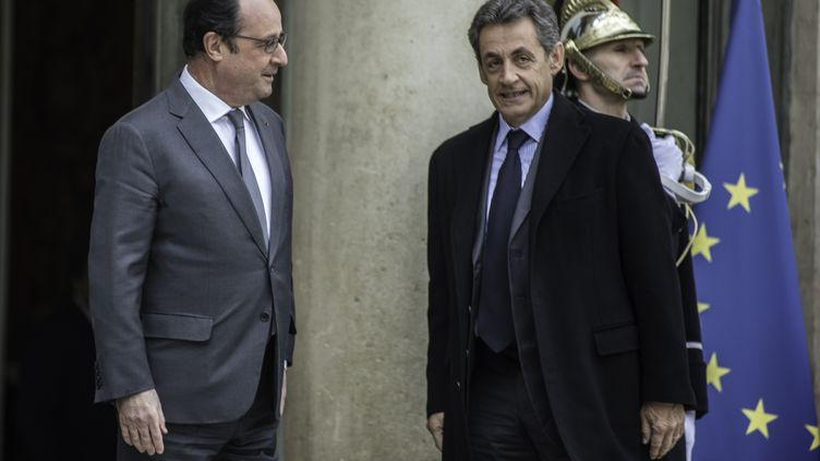 François Hollande accueille Nicolas Sarkozy sur le perron de l'Elysée, à Paris, avant un entretien entre les deux hommes, le 22 janvier 2016. (CITIZENSIDE / YANN KORBI / AFP)